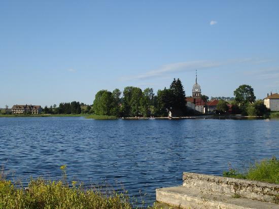 Saint-Claude, França: le lac et le petit Hameau de l'Abbaye