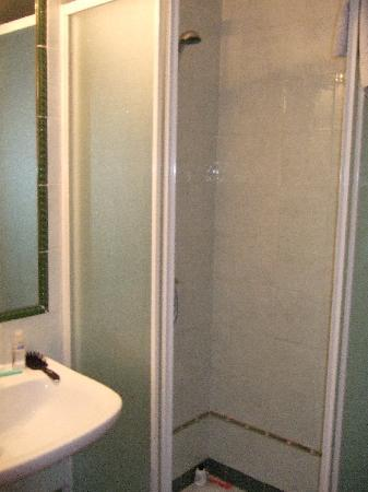 Tomas Bed & Breakfast: The small adjoining private bathroom