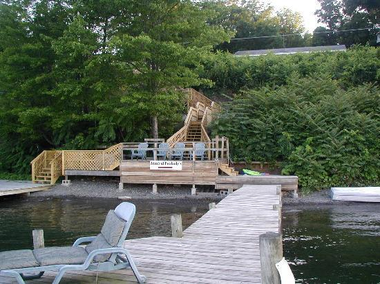 Admiral Peabody's Lakeside Lodging: Large lakeside dock