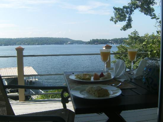 The Garden House Bed & Breakfast: Omelet breakfast with fruit and a fantastic scone! Breakfast is served on the patio!