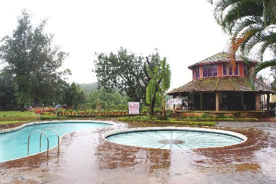 Biji's Hill Retreat: Back side of Hotel