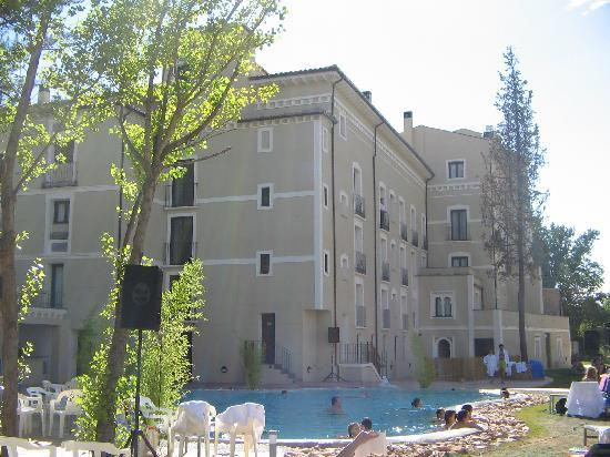 Hotel Balneario Alhama de Aragon: balneario visto desde la piscina.
