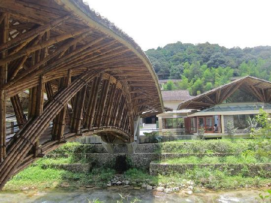 Crosswaters Ecolodge & SPA: The bridge to the resort and the main restaurant