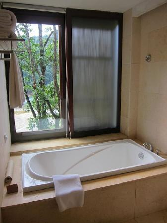 Crosswaters Ecolodge & SPA: bathtub