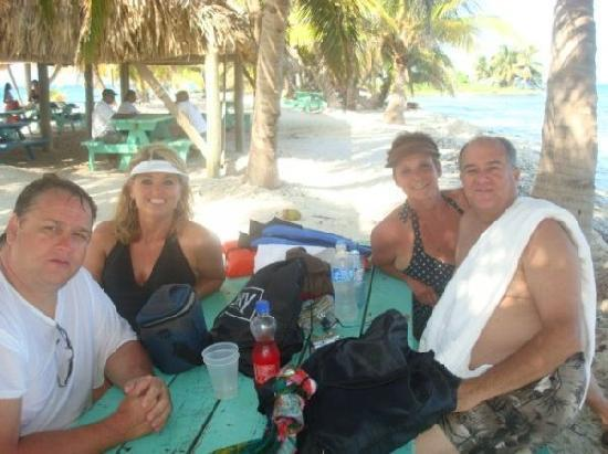 Placencia, Belice: Me and our friends having a great time.
