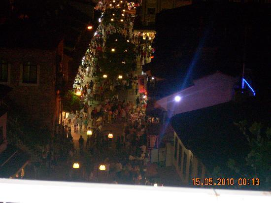 Akdeniz Apart Hotel: vue de notre chambre la nuit
