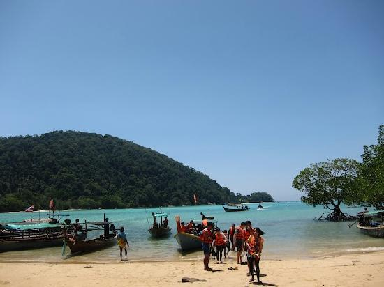 Mu Ko Surin National Park: Arriving on Surin island--the beach to walk to Ao Mai Ngam