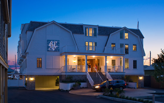 Forty 1⁰ North Hotel and Marina Resort: Forty 1 North is situated in downtown Newport