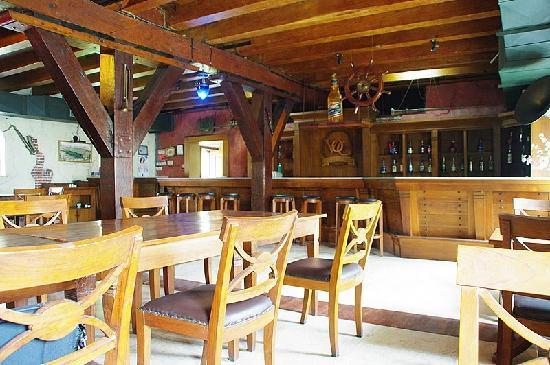 Sunda Kelapa Harbour: 店の内部です。重厚な柱・梁が特徴です。