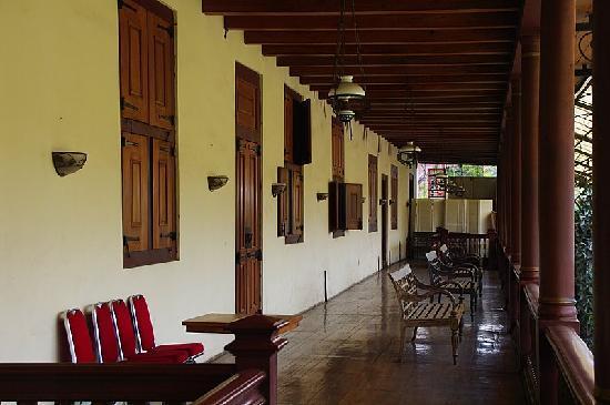 Sunda Kelapa Harbour: 二階に上がると、幅広廊下のテラスになっています。