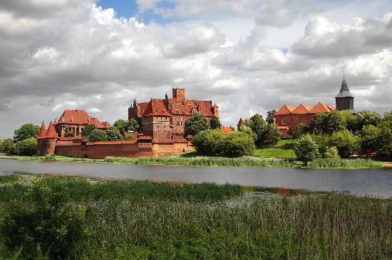 Malbork, Polonia: View from across the river.