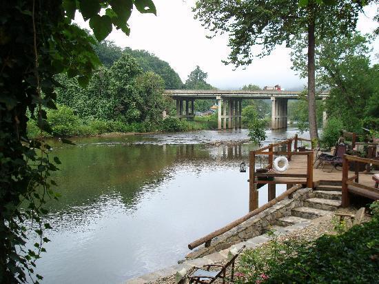Dillsboro Inn: River off the deck