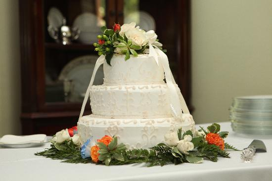 Inn at the Park Bed & Breakfast: Our Wedding Cake Designed from details of my dress