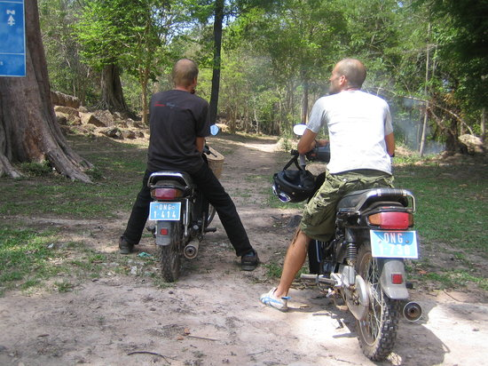 Khmer Ways - Moto Adventures Day Tours : Visiting a non touristic temple