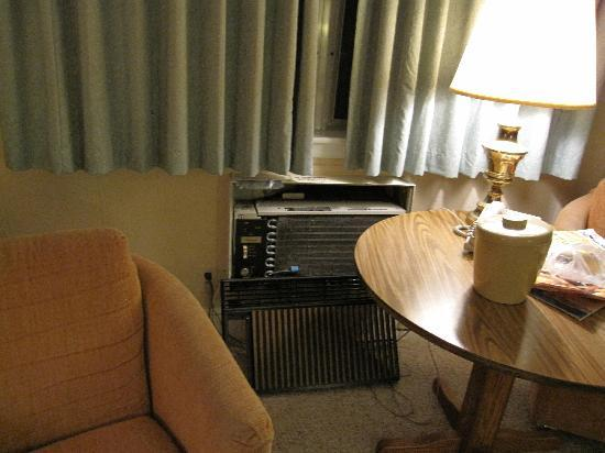 Crescent Lake Inn & Suites: the air conditioner