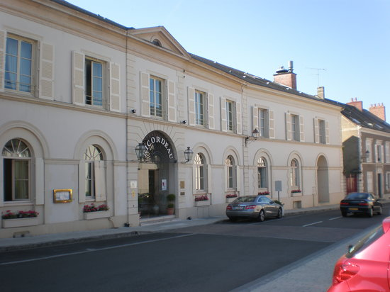 Loue, France: Street frontage of hotel