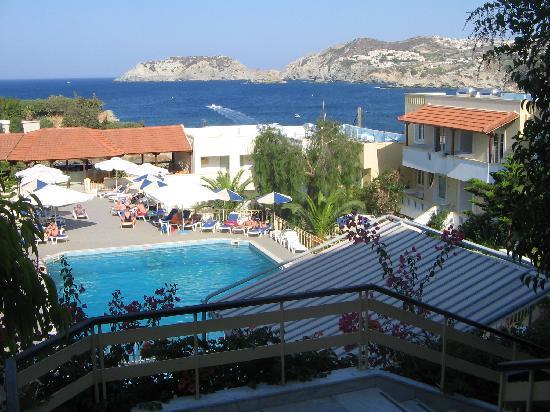 Alexander House Hotel: Blick vom Hauptgebäude auf den Poolbereich