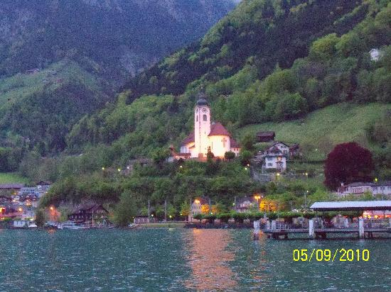 Hotel Hirschen-Cafe Seehof: The church near the hotel at dusk