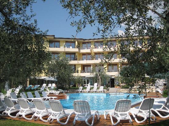 Hotel Baia Verde Malcesine: Hotel & outdoor pool