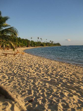 Plantation Island Resort: view along beach from our bure
