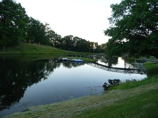 The Country Place Resort at Zoom Flume Water Park: Lake behind our rooms with paddle boats