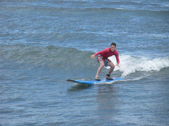 Royal Hawaiian Surf Academy: Ridin' a wave...fun!