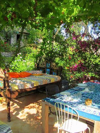 Longós, Grecia: Perfect Breakfast Location and Food - Thanks to Helen!