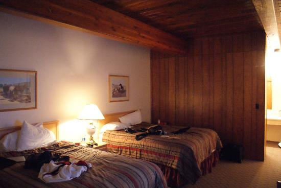 Trails End Motel Sheridan: Our messy room. I love the wood beams