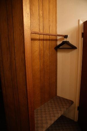Trails End Motel Sheridan: Closet....