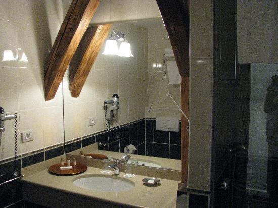 Hotel Leonardo Prague: the bathroom