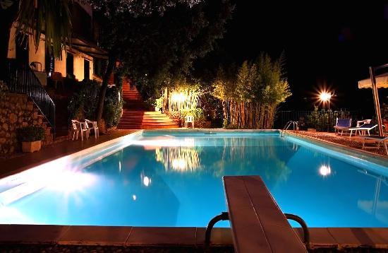 Piscina notturna picture of hotel spa villa del mare for Acquafredda salon