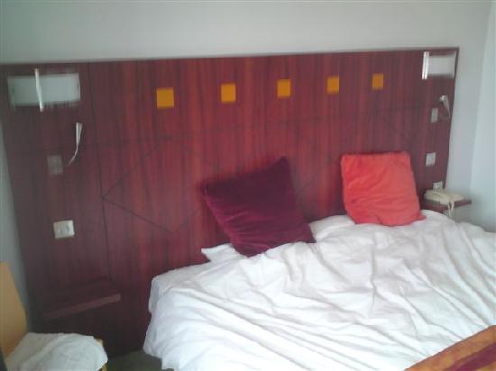 Logis Le Pariou - Restaurant Le Jardin : 7 foot wide comfy bed