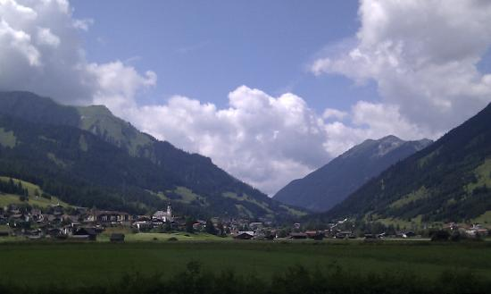Haus Montana: Lermoos from walking trail to Ehrwald