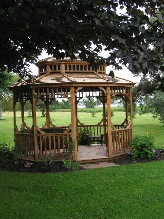 Clark's Sunny Isle Motel: Lovely garden with gazebo