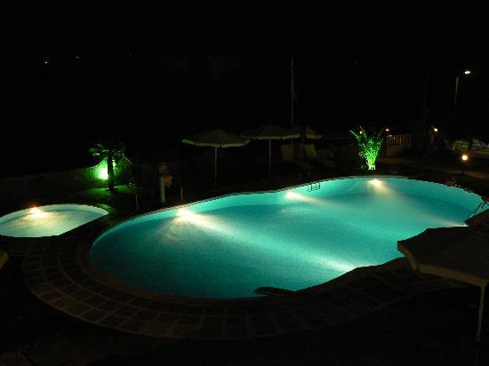 Skála Potamiás, Grèce : pool by night from balcony