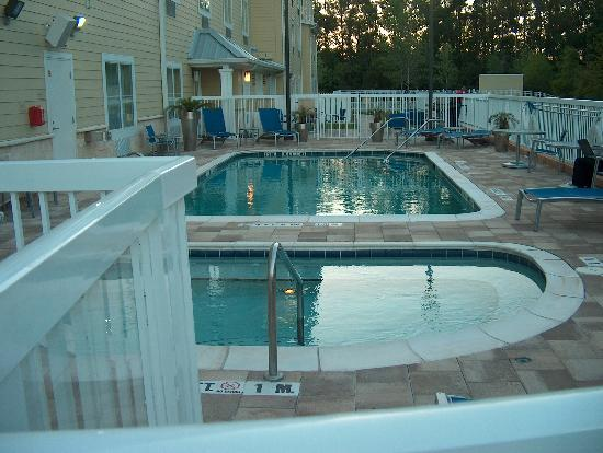 TownePlace Suites Jacksonville Butler Boulevard: Pool, Jaccuzzi and BBQ area