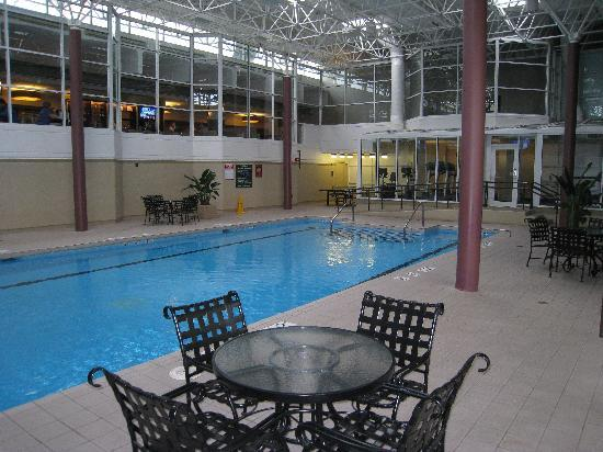 Crowne Plaza Chicago O'Hare Hotel & Conference Center: Nice pool area (cardio room at far end)