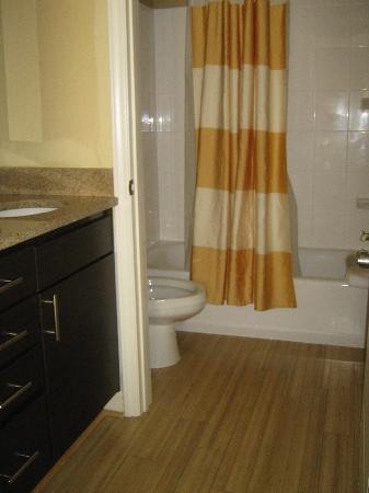 TownePlace Suites Wilmington/Wrightsville Beach : Bathroom