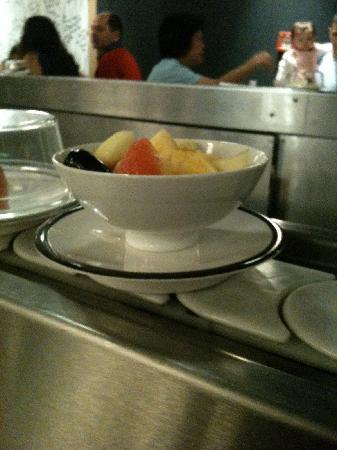 Matsuri Confederation: Salade de fruits non couverte défilant sur le sushi train. A compter: CHF 11.- pour quleques fru