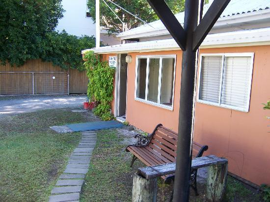 Noosa Backpackers Resort: Außenansicht Bungalow