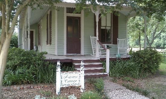 Maison D'Memoire Bed & Breakfast Cottages: Quaint AND Romantic