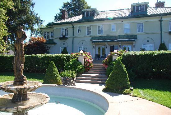 Belvedere Inn & Restaurant: Belvedere back porch, garden