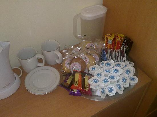 Margaret's Private Hotel: Plenty of tea and coffee and biscuits!!!