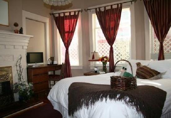 River Wynde Executive Bed and Breakfast: The Fire room- comfortably appointed to ensure a great stay!