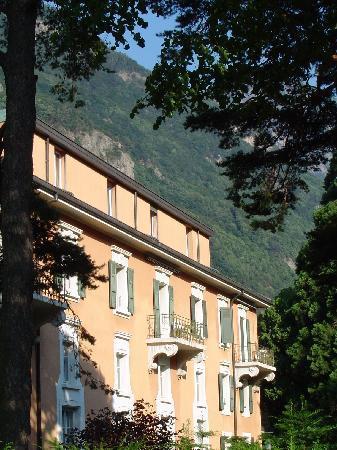 Lavey-les-Bains : Aperçu d'une façade de l'hôtel (côté jardin)