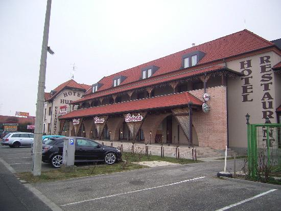 Rozsa Csarda - Hotel Huber: Front view of the hotel