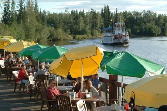 Fairbanks, Αλάσκα: Dining on a deck along the river