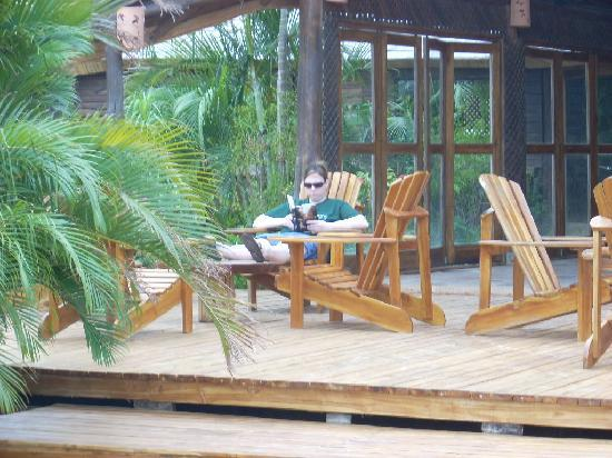 El Sabanero Eco Lodge: Relaxing by the pool