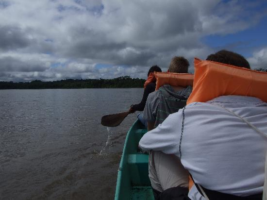 Yarina Eco Lodge: Crossing Napo river by canoe