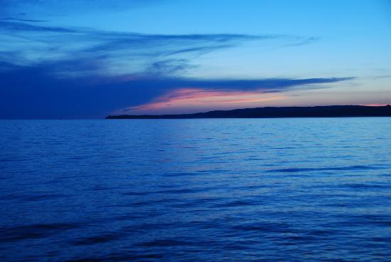 Petoskey, Мичиган: An incredible sunset over a bay off of Lake Michigan